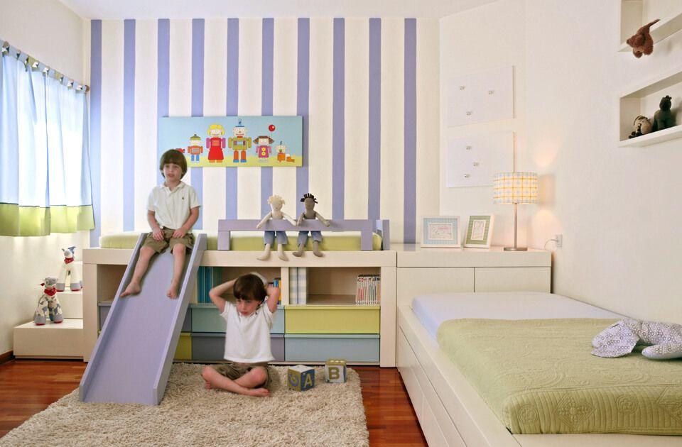 חדר לשני ילדים המורכב ממיטה גבוהה ומיטת במה לצידה יחד עם יחידת אחסון היוצר הפרדה מלאה בין המיטות.