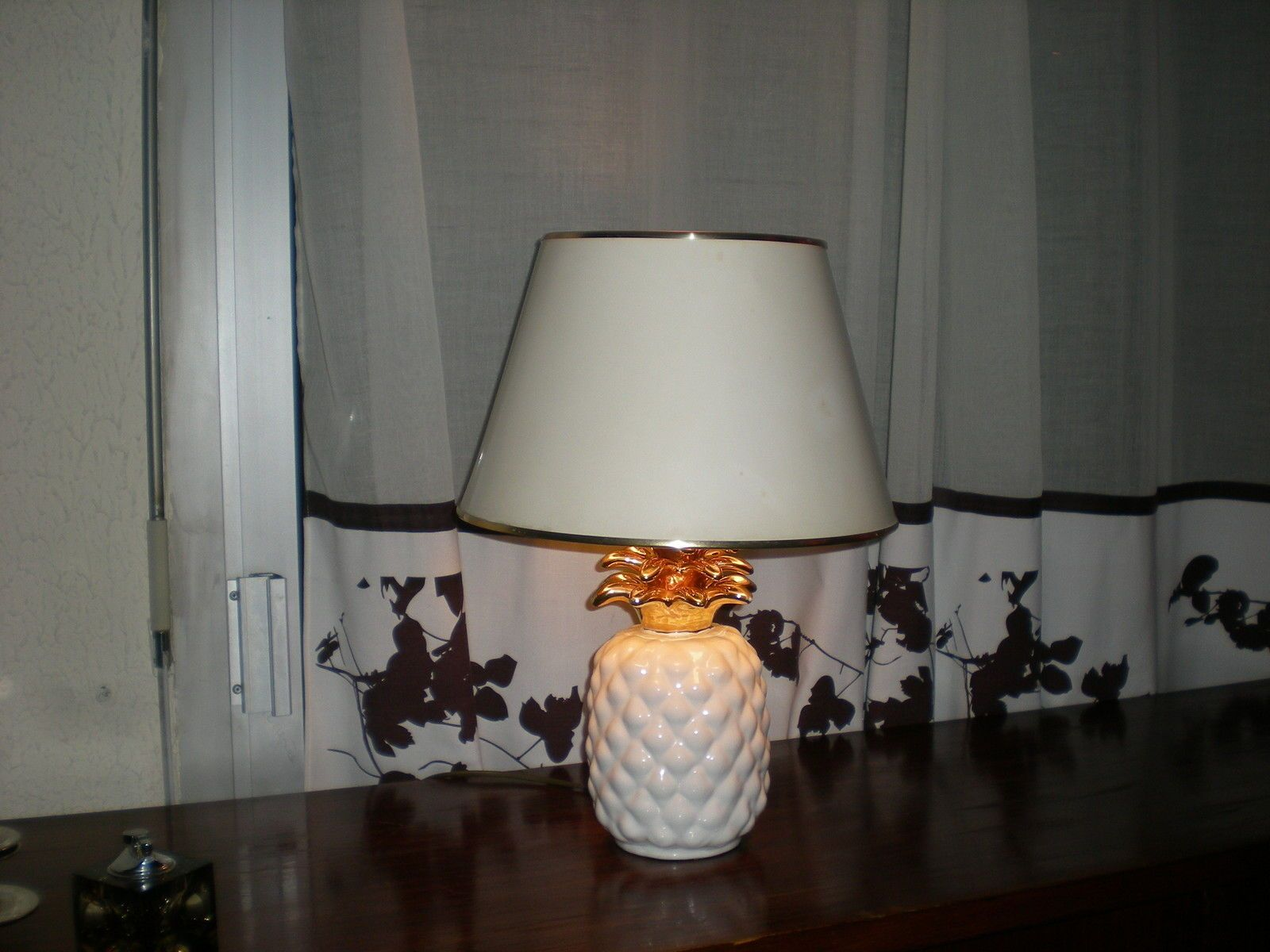 lampe ananas c ramique blanche et dor e vintage dlg maison charles 60 70 knoll ebay for the. Black Bedroom Furniture Sets. Home Design Ideas