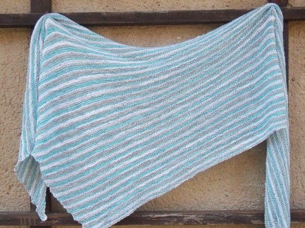 Leichtes kraus-rechts gestricktes Sommertuch in kühlen Farben ...