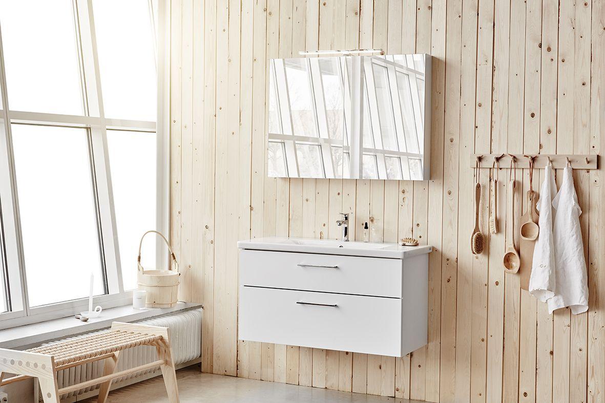 Vore Neo 96 med spegelskåp. Underskåp med tvättställ och spegelskåp Färdigmonterat underskåp med mjukstängande lådor och iläggsmattor inklusive tvättställ i porslin. Färdigmonterat spegelskåp med mjukstängande spegeldörrar och två glashyllor. Stomme och fronter i samma färg. Finns i vitlack, mörk ekmelamin och vitlackad ramlucka.
