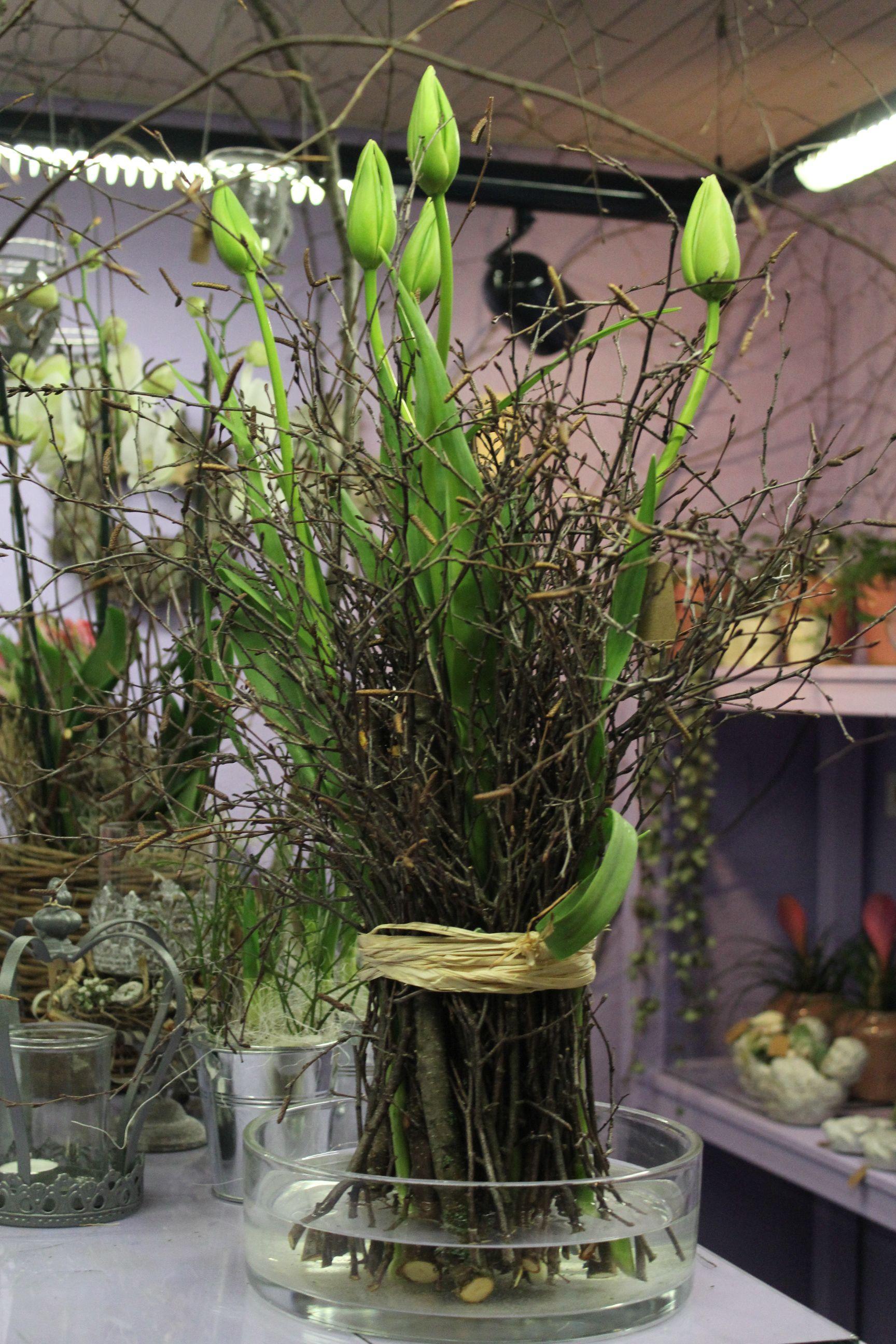 Schlichter Exklusiver Tulpenstehstrauss Mit Weissen Franzosischen Tulpen Ostern Blumenarrangements Ostern Blumen Tulpen Blumen