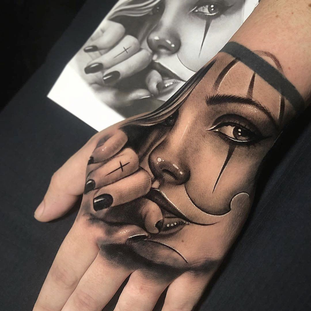 Absolutely stunningly beautiful artwork Tattoo on the Hands
