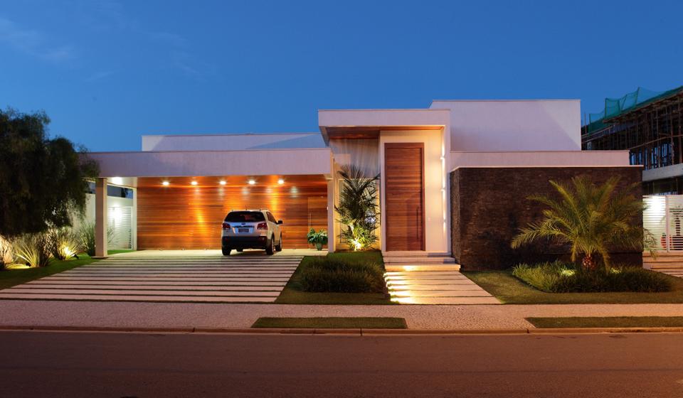 eh!DÉCOR   Fachada de casa térrea moderna com pedra e madeira