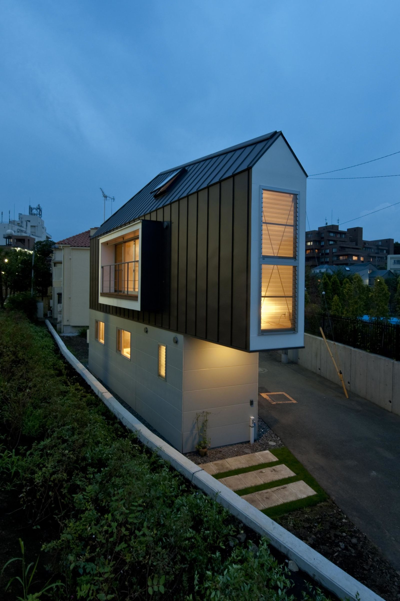 This Extremely Narrow House Is Surprisingly Spacious On The Inside Small House Design Narrow House Japanese House