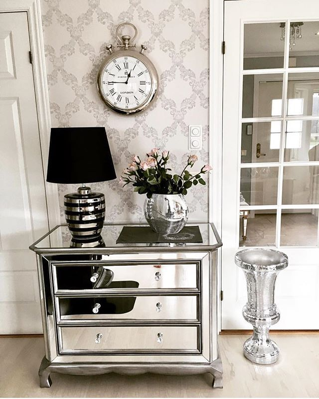 Nydelig hos @anitatittita 😍Vi har noen få glamvaser igjen nå⭐️Du finner de i nettbutikken 🌸 #luxury #classic #classy #livingroom #living #mirror #mirrored #luxury #crazyimport #speilmøbler #nettbutikk