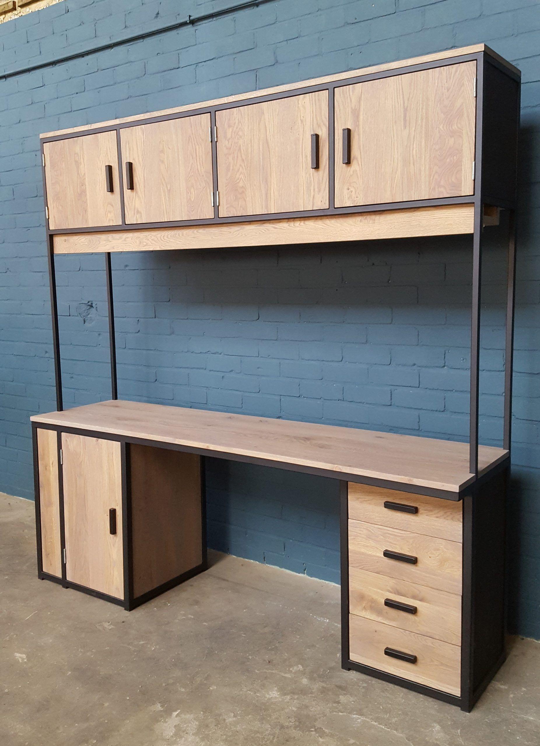 Schreibtisch Aus Holz Und Stahl Mit Beleuchtung In 2020 Schreibtisch Holz Holz Stahl