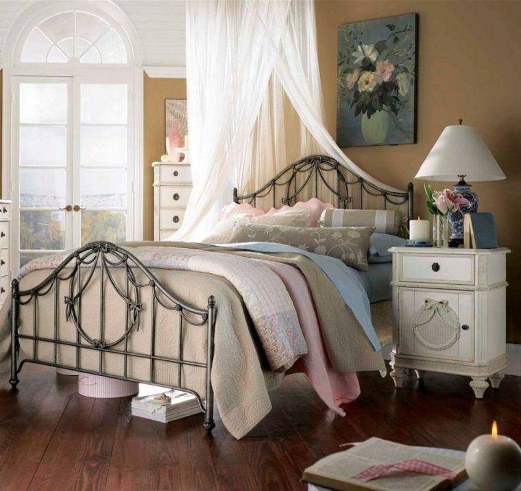 Camera da letto arredato con mobili in stile shabby chic con letto ...