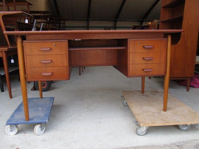 Rask Skrivebord i teaktræ med 6 skuffer. Se det til salg på www UX-46