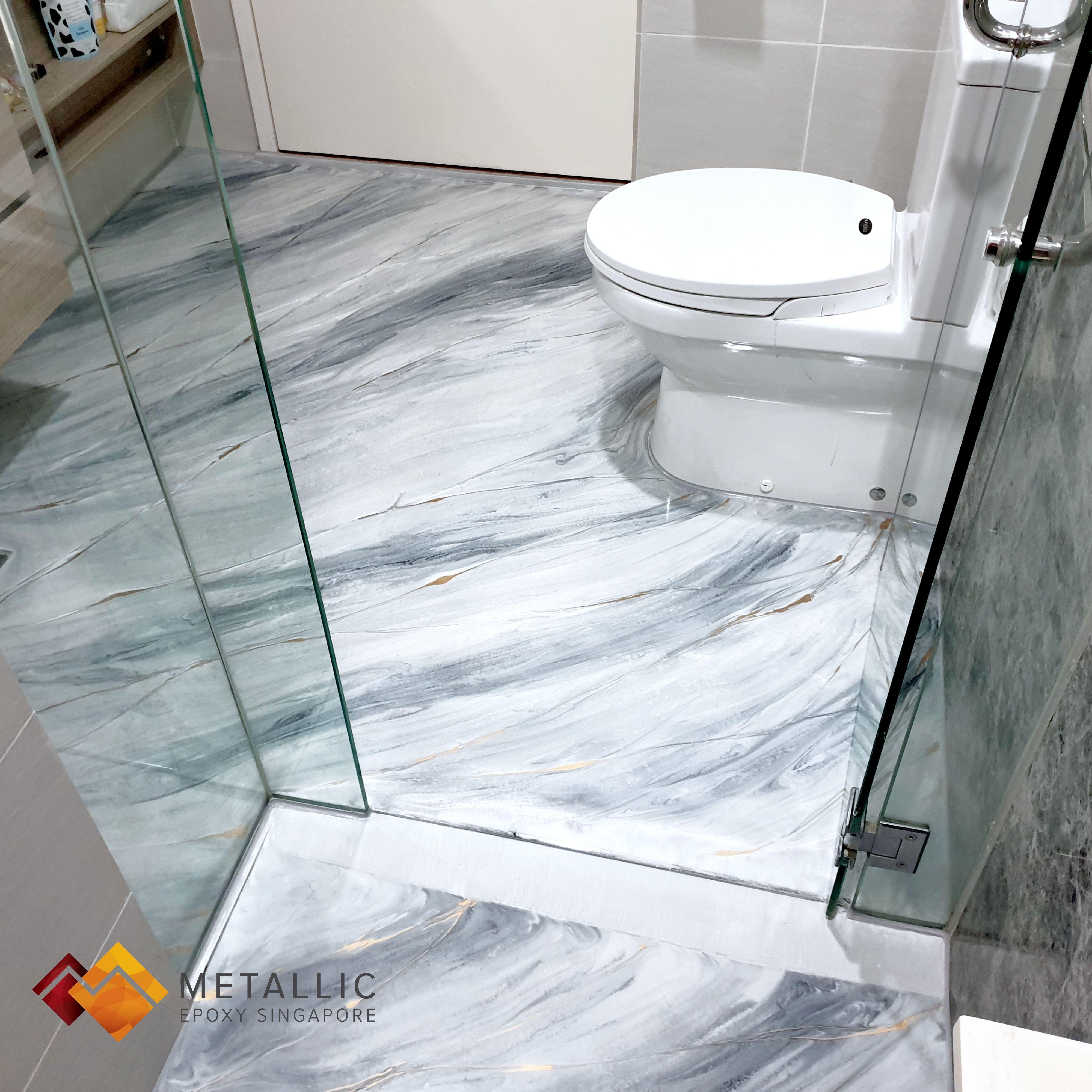 Metallic Epoxy Silver Gold Highlights On Light Grey Marble Bathroom Floor In 2020 Badkamer Vloer Epoxy Vintage