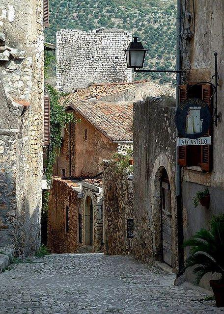 Sermoneta, pequeño pueblo medieval en Italia.