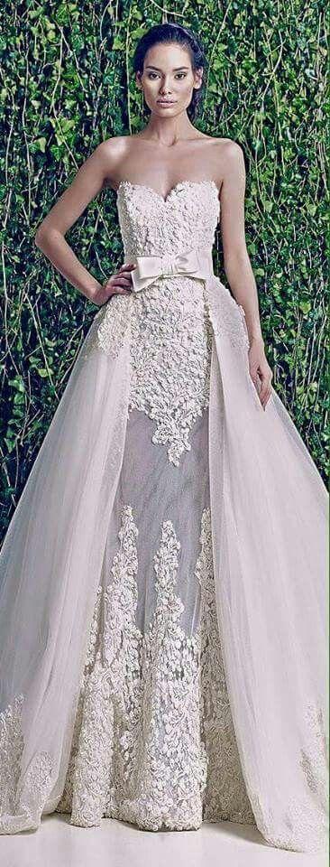 Vestido novia con cola desmontable de tul