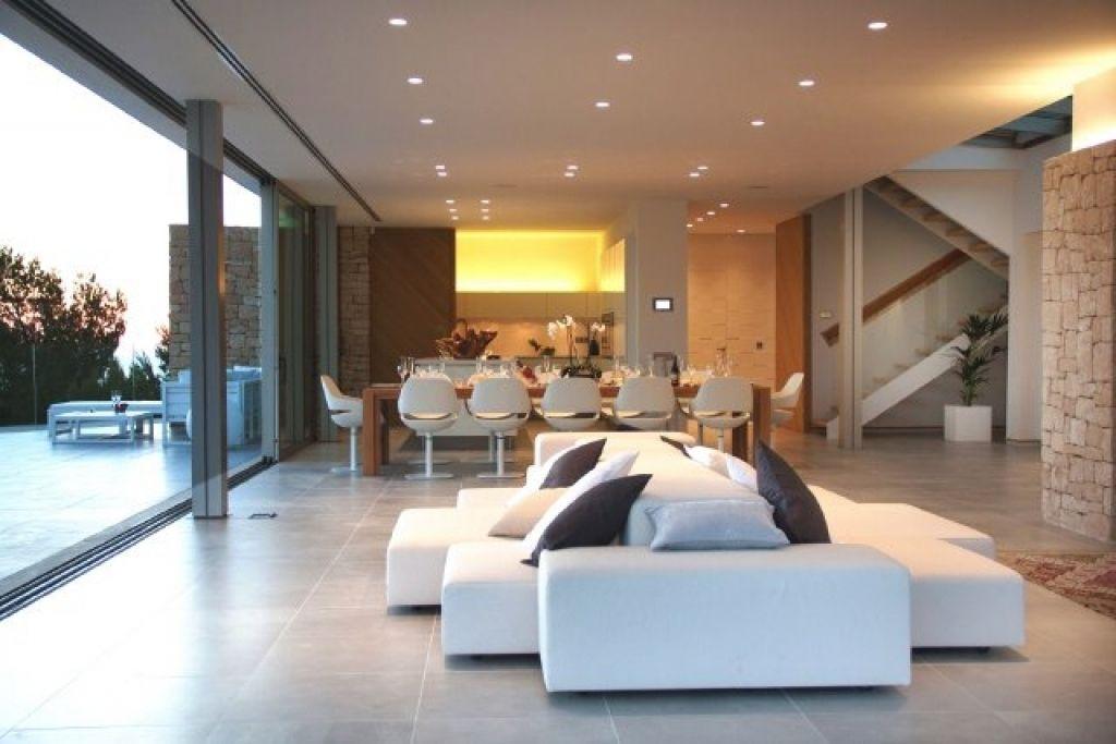moderne wohnzimmer mit offener kuche moderne wohnzimmer mit offener kche moderne bodenfliesen. Black Bedroom Furniture Sets. Home Design Ideas