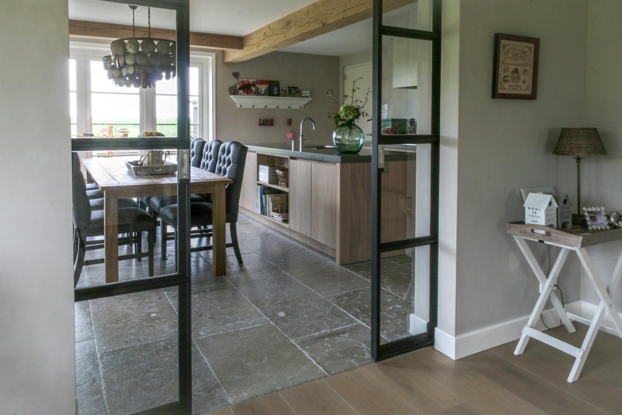 Keuken met natuursteen vloer grijze bourgondische dallen via
