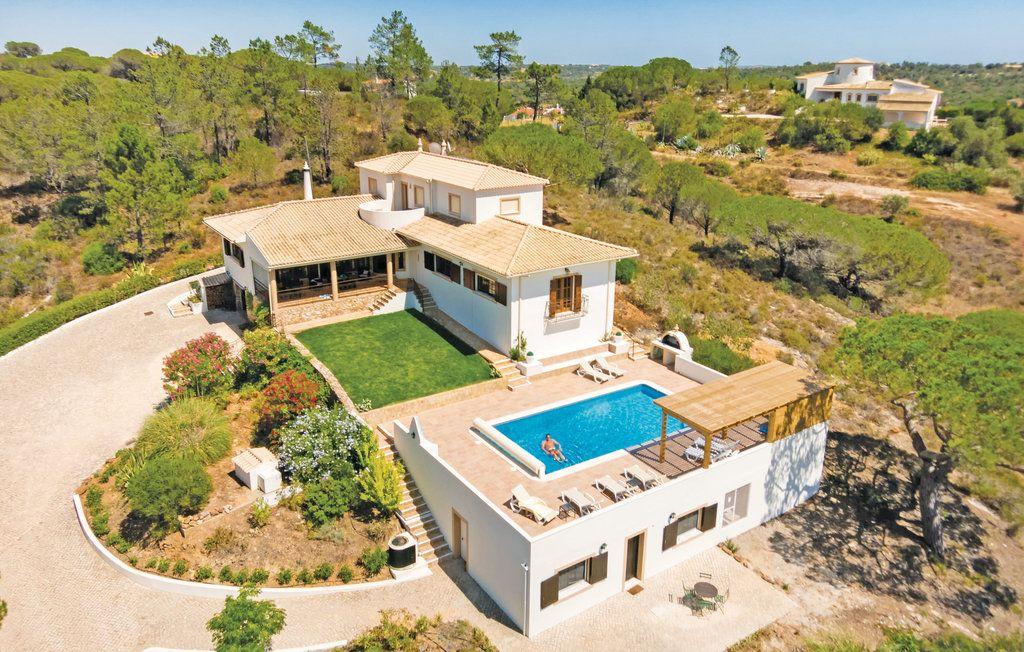 Ferienhäuser - Algoz - PTA003 Dieses Ferienhaus, das viel Platz für 12 Gäste bietet wurde traditionell eingerichtet. Gelegen in einer ruhigen, ländlichen Umgebung begrüßt es Sie auf einem weitläufigen Grundstück von 7.500 m² unweit von Algoz.