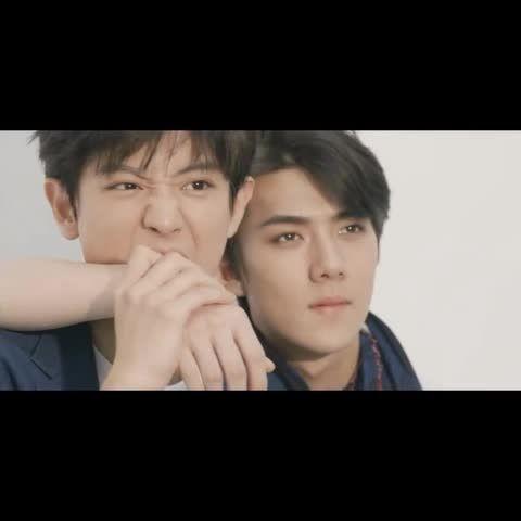 150715 CHANYEOL biting Sehun's arm... Sehun punching ...