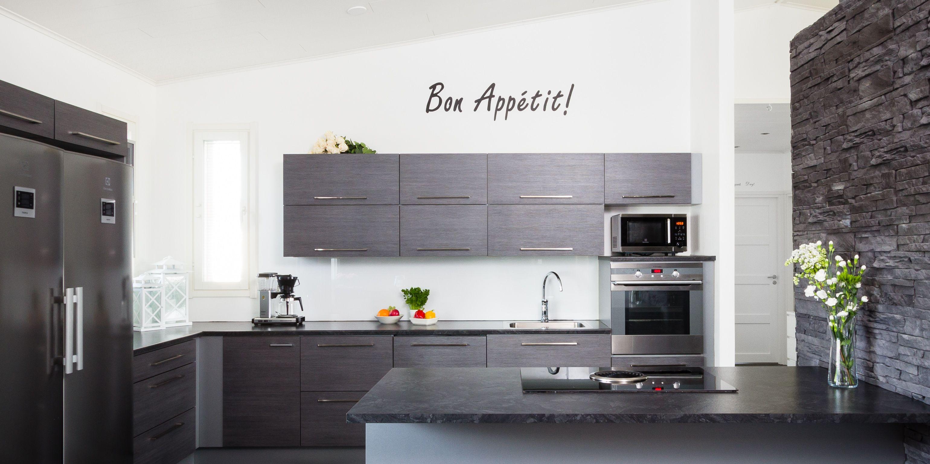 Kaunis Omega-keittiö toimii täydellisesti. Huomaatko millainen liesituuletin tässä kodissa on? Aika hieno, eikö totta!