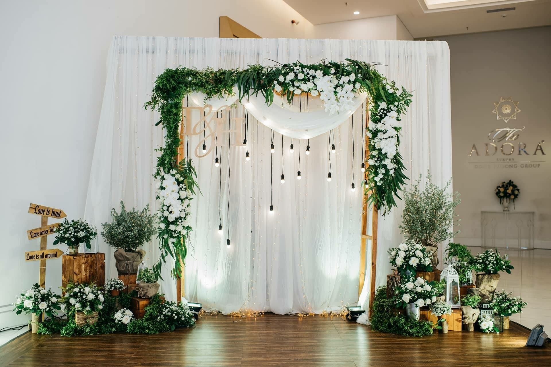 Pin oleh Quynhu Nguyen di Wedding Backdrop  Wedding decorations Rustic wedding backdrops dan