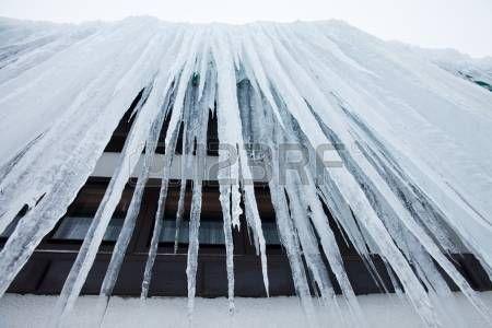 vista desde la parte inferior de los enormes carámbanos de hielo. Foto.