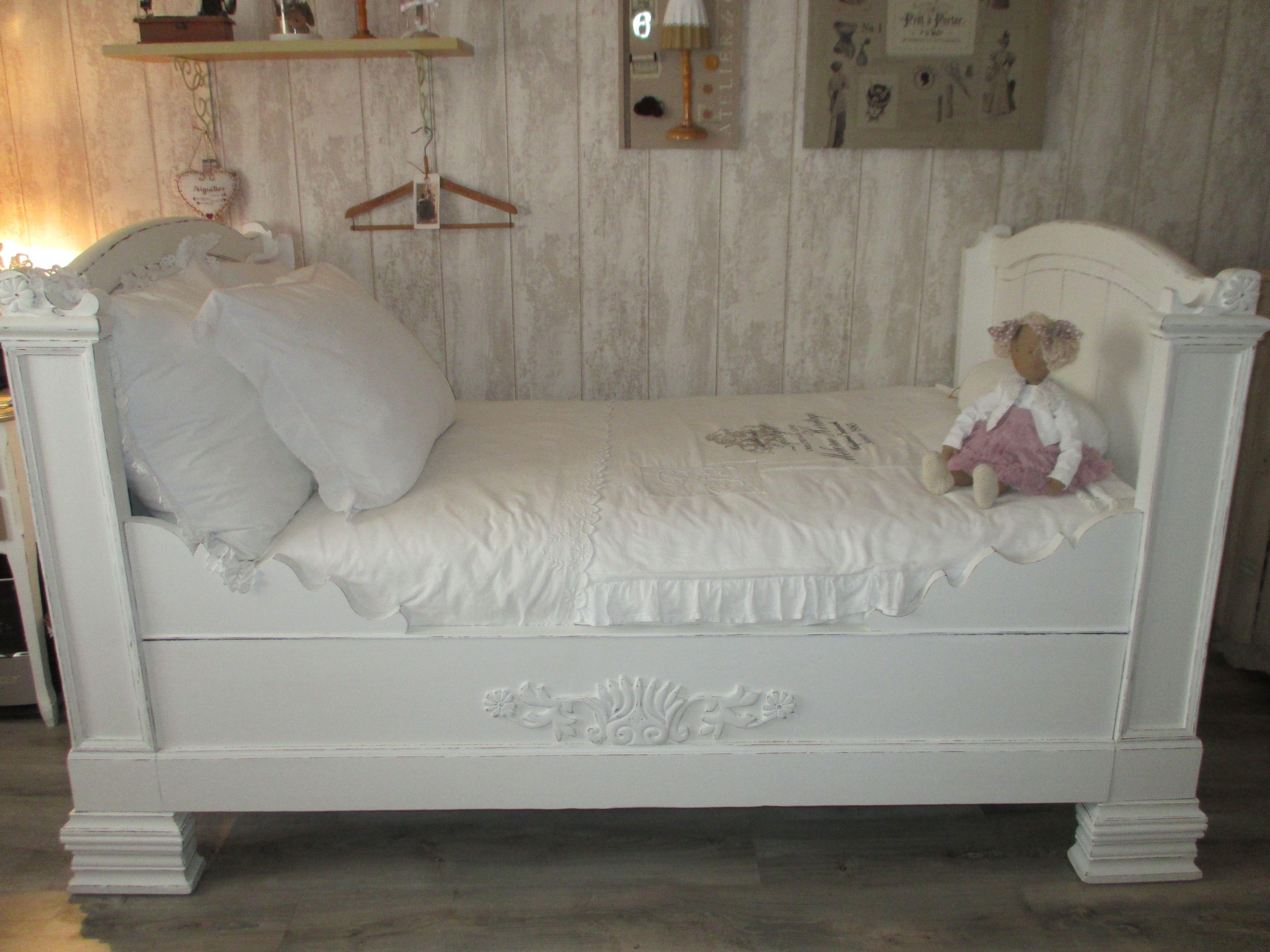 lit ancien peint linge de lit ancien ambiance shabby pinterest lits anciens linge de lit. Black Bedroom Furniture Sets. Home Design Ideas