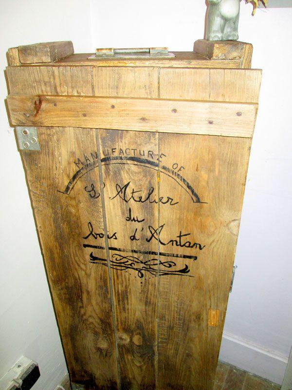 malle à bijoux Vieille caisse en bois restaurée, mise debout et