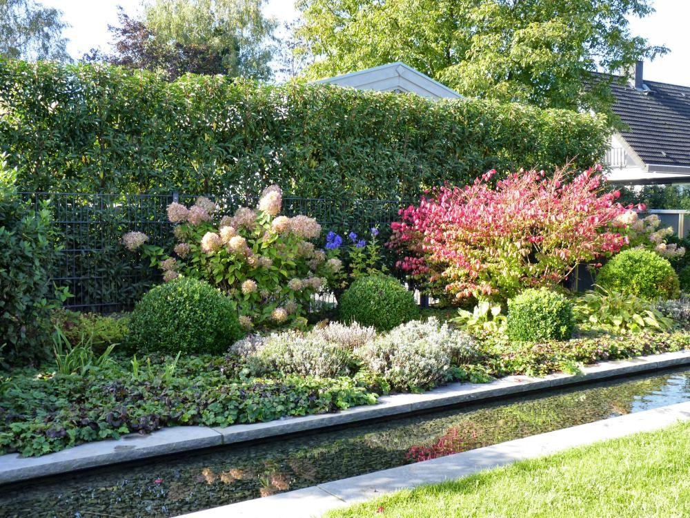 Hier Dient Die Hohe Hecke Des Nachbarn Als Gruner Hintergrund Furs Beet Garten Landschaftsbau Kleiner Garten Garten