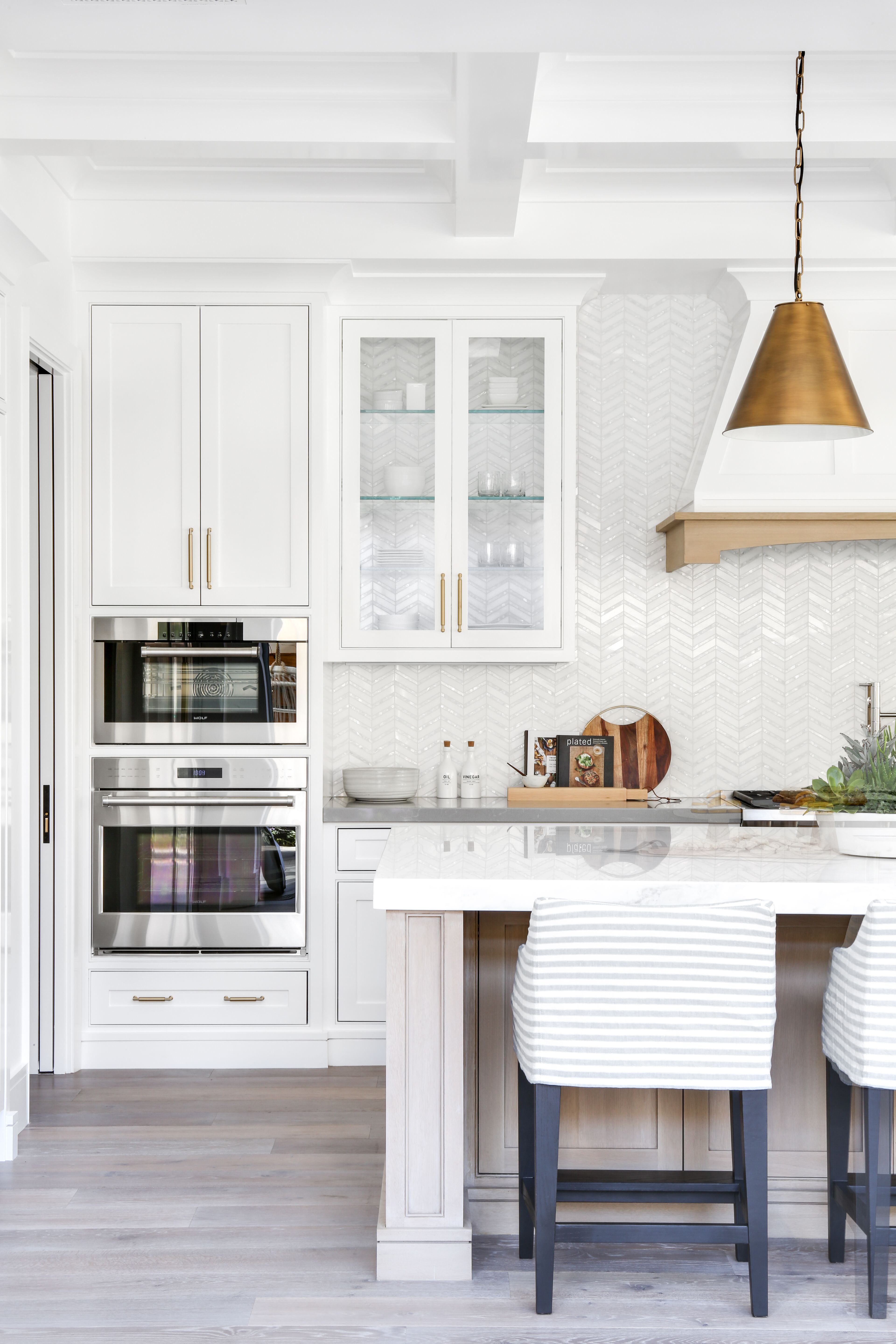 Orange county interior designer lindye galloway shares her tips on how to accessorize your kitchen to