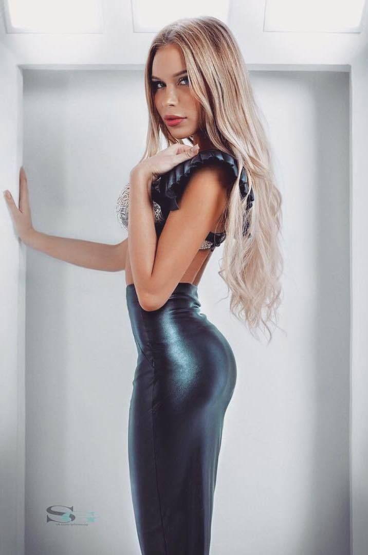 Sexy ass in a skirt