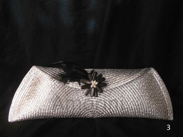 Plateada con broche de piedras. perlas y plumas