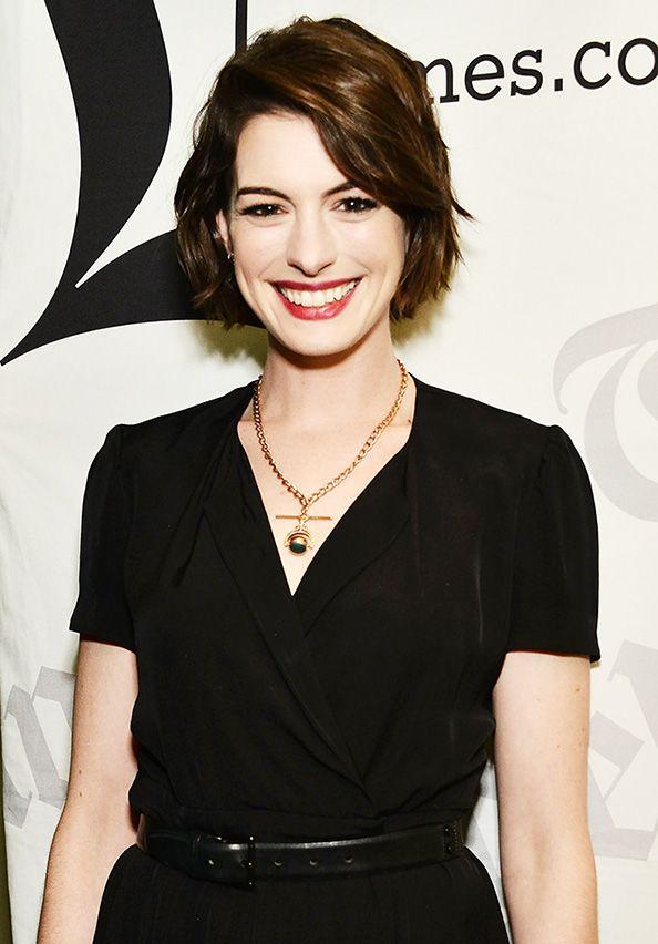 Anne Hathaway S Awards Season Plans Hair Styles Short Hair Styles Anne Hathaway Hair