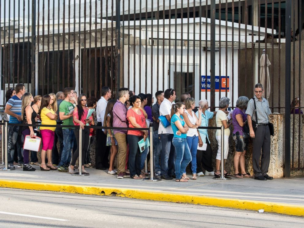 PHOTO: Cubans line up at the US embassy in Havana to get visas to travel to the U.S., July 20, 2015.
