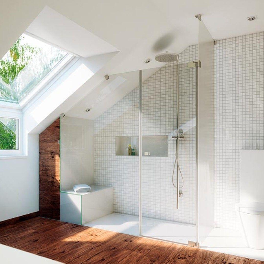 Barrierefreies Design Dusche mit Dachschräge und Sockel ...