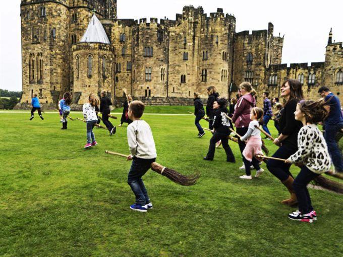 Alnwick Castle har varit inspelningsplats för Black Adder, Ivanhoe, Elizabeth, Robin Hood, två Harry Potter-filmer och Downton Abbey.<br></span>