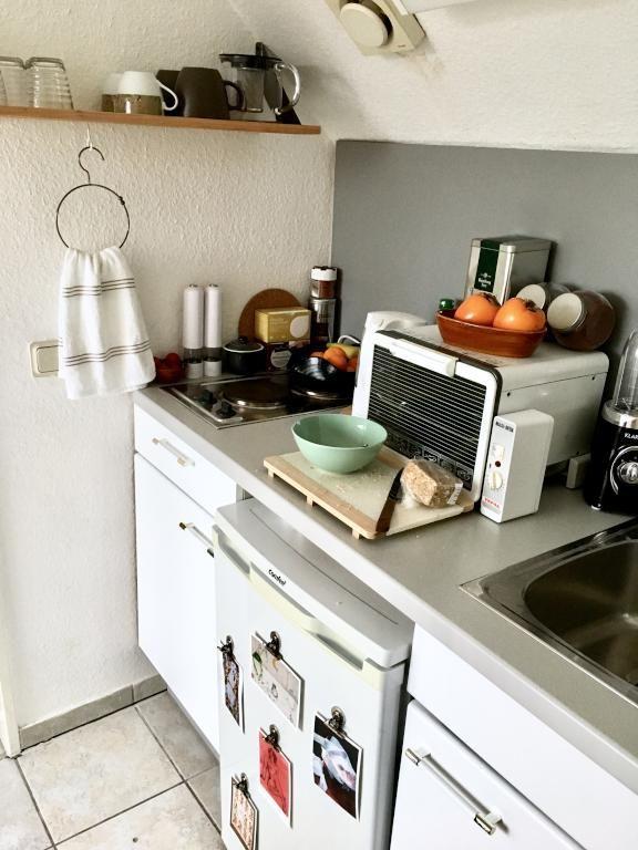 Gemütliche Küchen-Ecke mit Mikrowelle und offenem Regalbrett ...