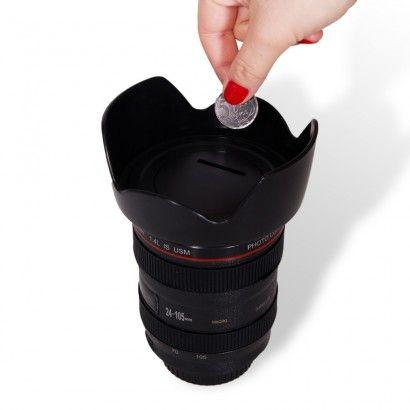 Cofre Lente Fotográfica - A hora de economizar é agora! Em formato de uma lente fotográfica, este lindo cofre que vai ajudar você a ficar rico! :) SQN Com orifício na tampa para você guardar moedinhas e notas, para comprar uma lente nova (quem sabe né?). Ótima opção para presente ou para a decoração do seu ambiente preferido em casa ou no trabalho.   Material: Plástico ABS Altura: 10,00cm. Largura: 13,00cm. Comprimento: 10,00cm.   Contém: 1 copo e 1 tampa Cuidados: Limpe com pano seco e…