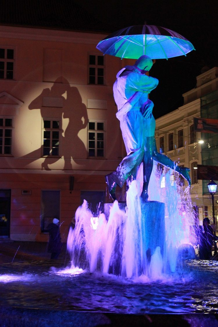 Tartu Town Hall Square - Kissing Students statue lit up (Image Credit: Helen Kalberg)