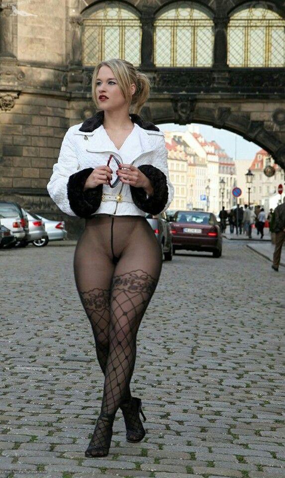 фото колготки под юбкой на голое тело