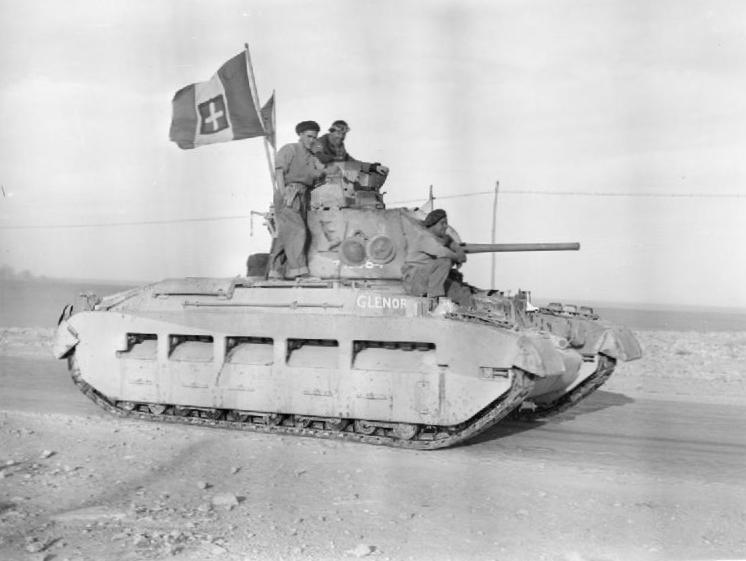 Британский танк Матильда (Matilda) с захваченным итальянским флагом движется в Тобрук, 24 января 1941 г.