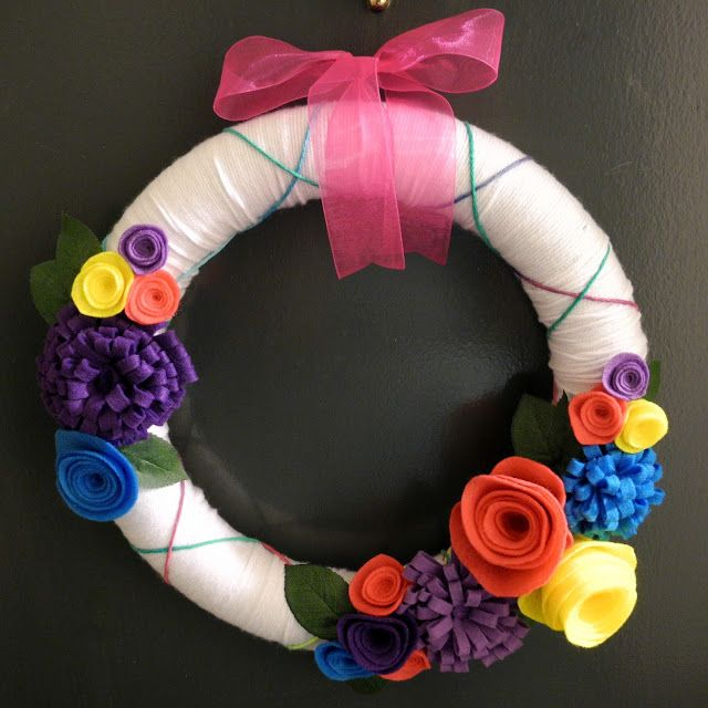 librarian tells all: How to Make a Yarn Wreath with Felt Flowers