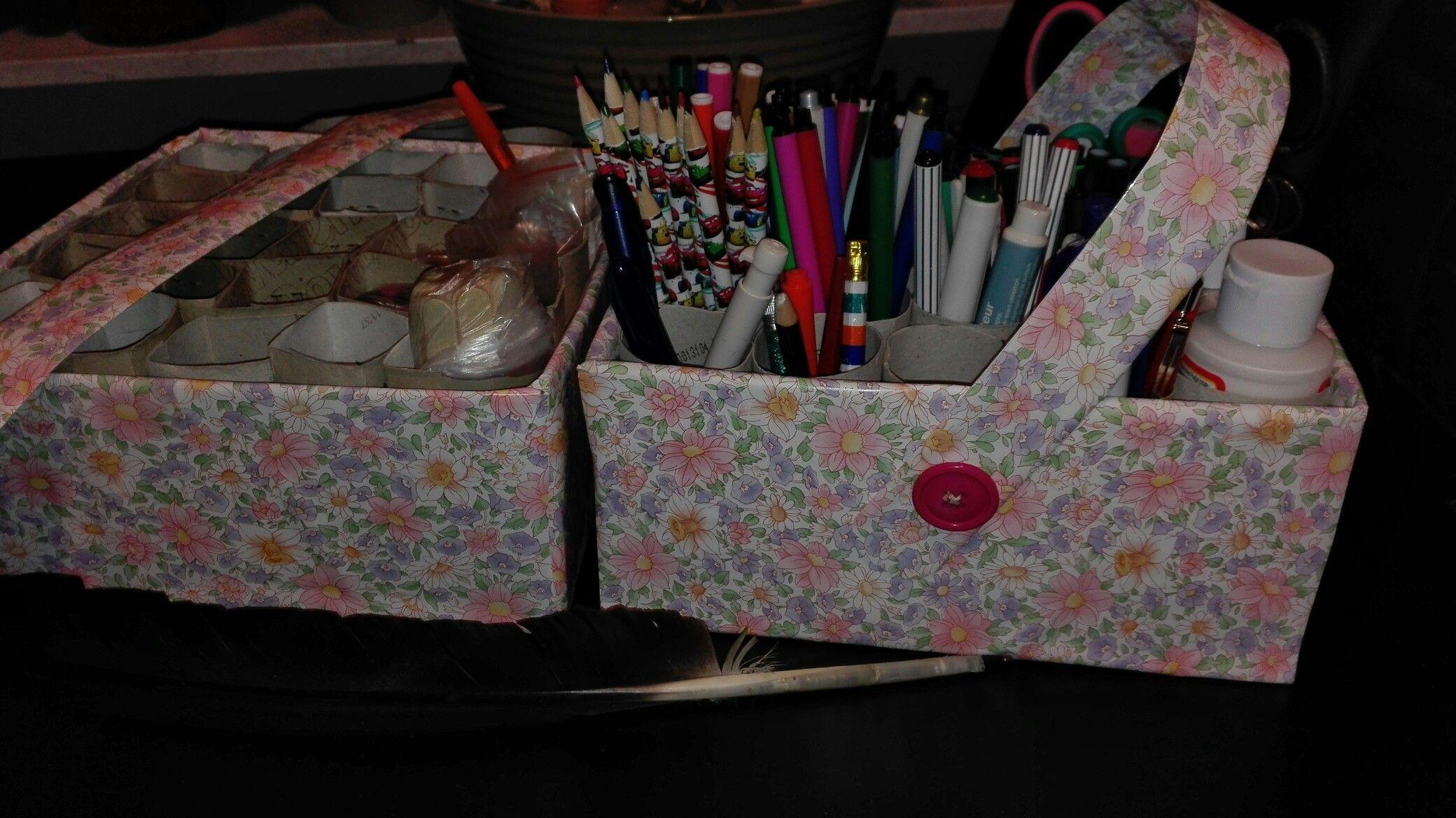 Kleine kartonnen doos beplakken met plakplastic en opvullen met lege toiletrollen.