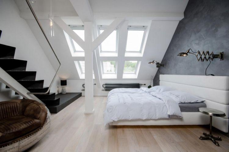 Schlafzimmer Mit Grauer Wand Hinter Dem Bett Und Treppe