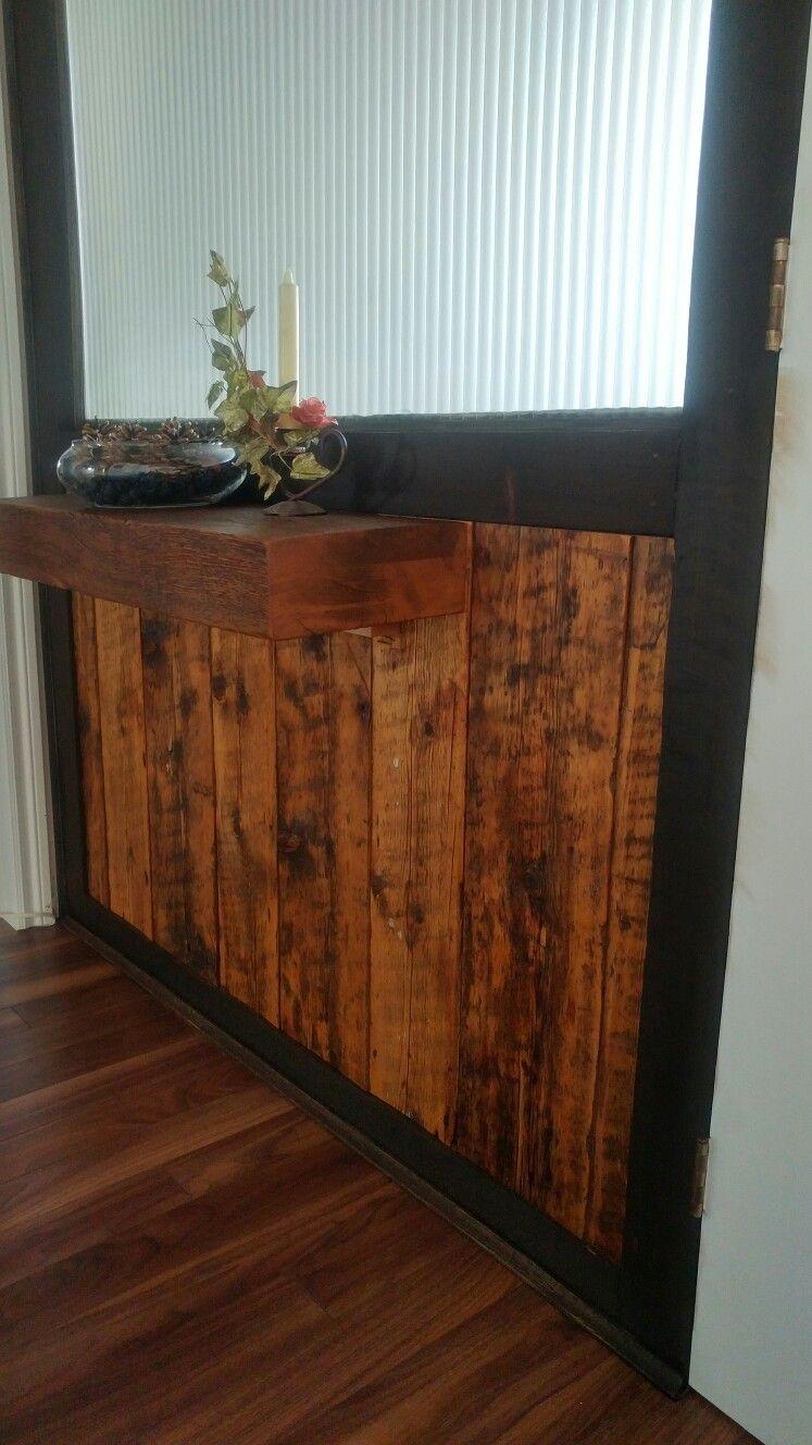 Bas de mur d\'entrée avec tablette en bois recyclé. Finition à l ...
