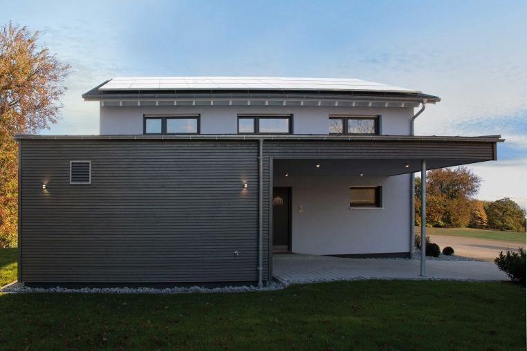 plusenergiehaus der 3 generation fertighaus satteldach stromtankstelle musterhaus ulm. Black Bedroom Furniture Sets. Home Design Ideas