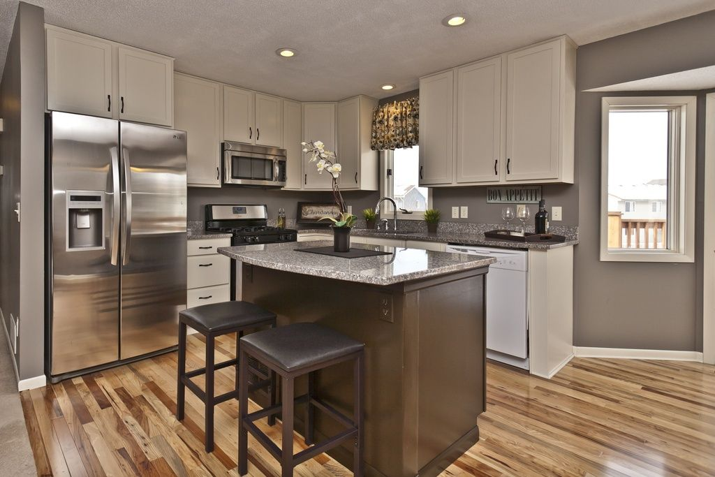contemporary-kitchen-with-quartz-countertops-painted-kitchen-cabinets-and-white-cabinets-i_g-IS9xn5x5o0vyil0000000000-iuLSr.jpg 1024×683 pikseli
