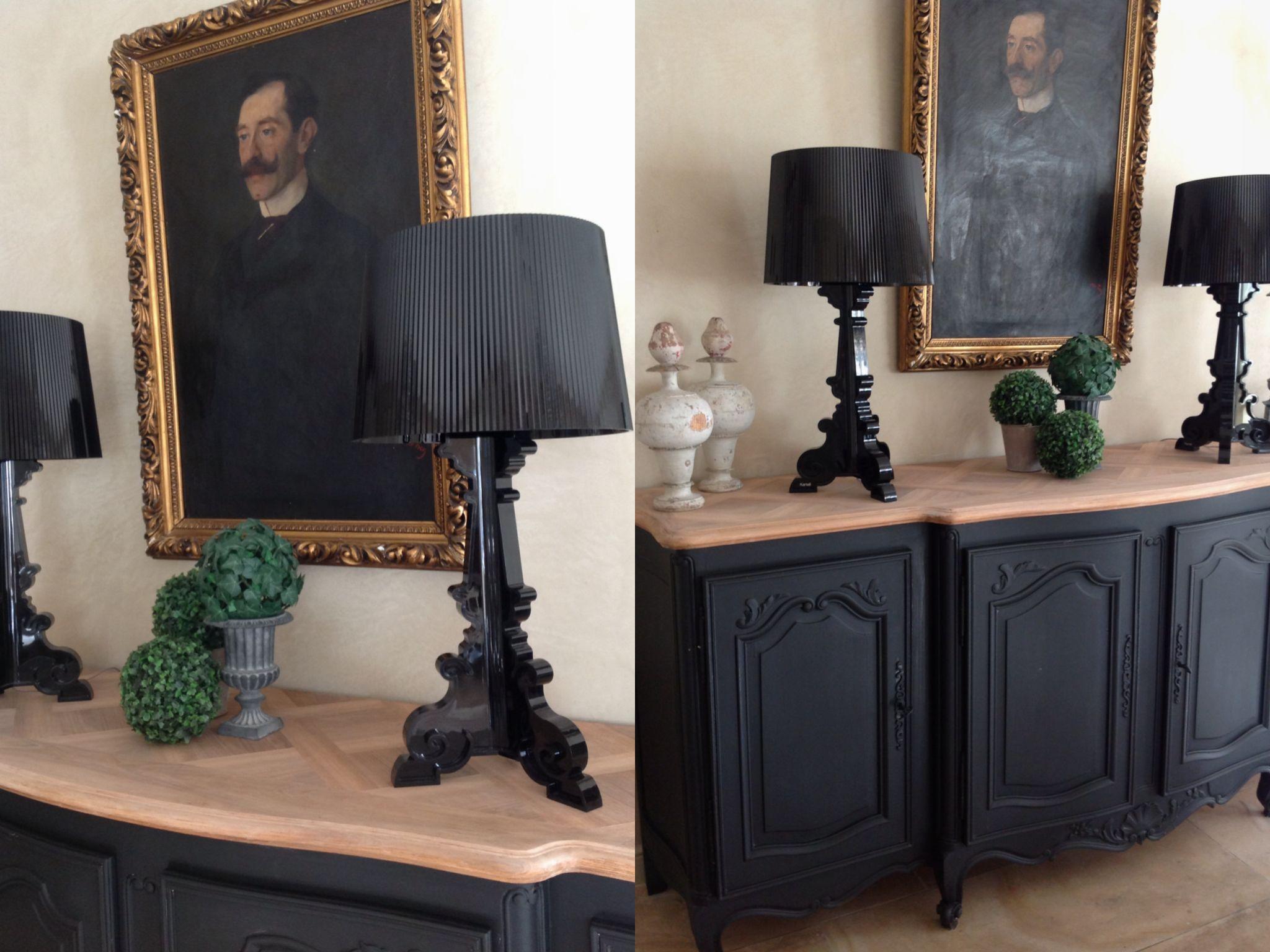 Bahut peint en noir et son plateau bois brut accompagn for Salle a manger noir et bois