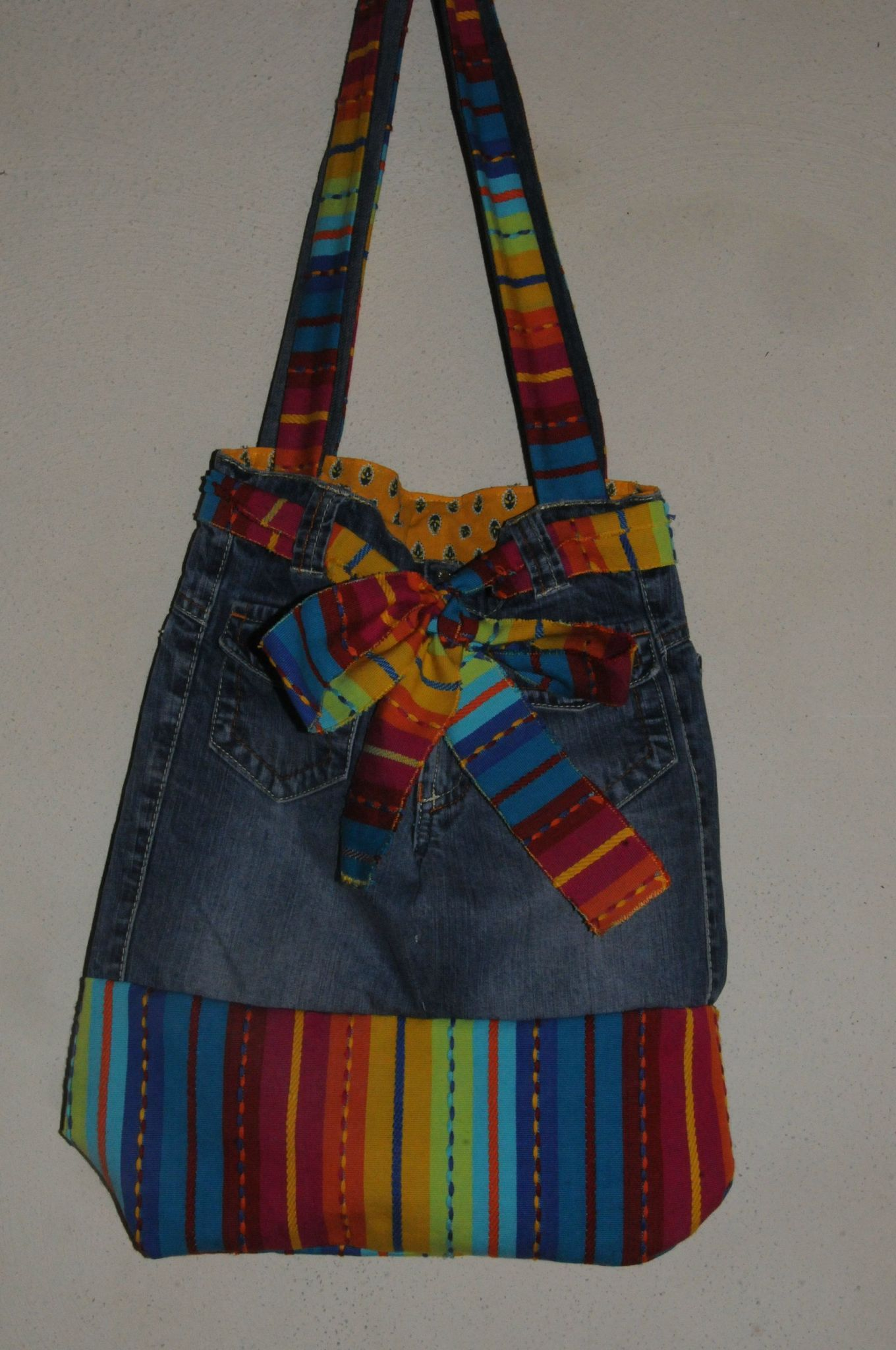 sac avec un vieux jean rainbow fabric and recycled denim tote 2 denim recycled jeans totes. Black Bedroom Furniture Sets. Home Design Ideas