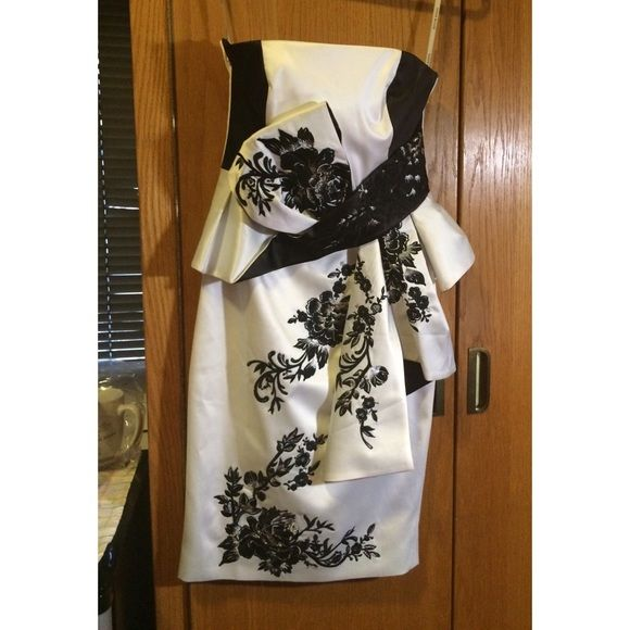 Karen Millen Oriental Embroidery Dress size 2 Karen Millen Oriental Embroidery Dress size 2. Never worn, perfect condition. Beautiful embroidery detail Karen Millen Dresses Strapless