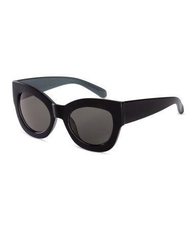 Gafas de sol con montura de plástico y lentes teñidas. Protección UV ...
