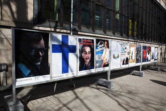 Poliittisen valokuvan festivaali kutsui eduskuntavaalien vuosipäivän kunniaksi valokuvaajia ja taiteilijoita toteuttamaan kuvan, joka heidän mielestään kertoo Suomen tämänhetkisestä tilasta. Valokuvat ovat esillä viidessä eri vaalimainostelineessä Helsingin kantakaupungissa, muun muassa Postitalon päädyssä.