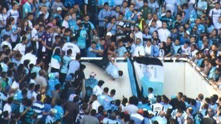 """Arjantin'de öfkeli taraftarların tribünden aşağı ittiği adam öldü ! """"Arjantin'de öfkeli taraftarların tribünden aşağı ittiği adam öldü"""" DETAYLAR İÇERDE https://oderece.net/arjantinde-ofkeli-taraftarlarin-tribunden-asagi-ittigi-adam-oldu/"""