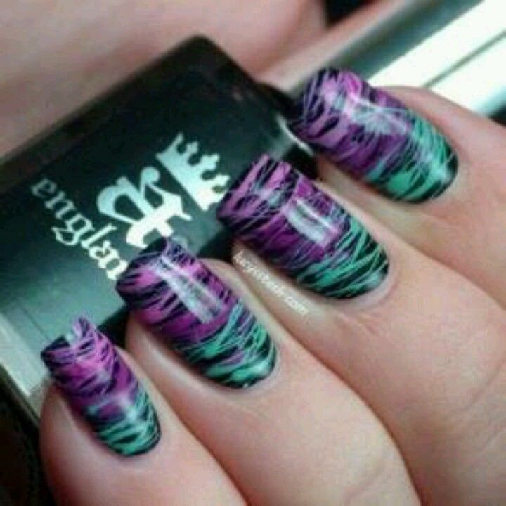 Uñas hechas con brocha de abanico